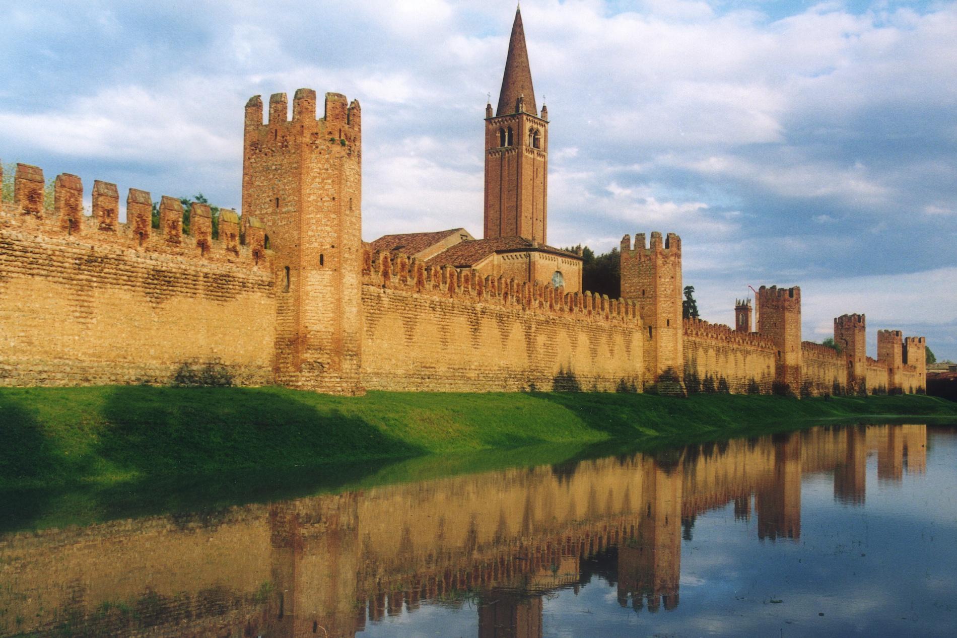 Montagnana il borgo medievale dalla cinta muraria piu for Piani di casa castello medievale